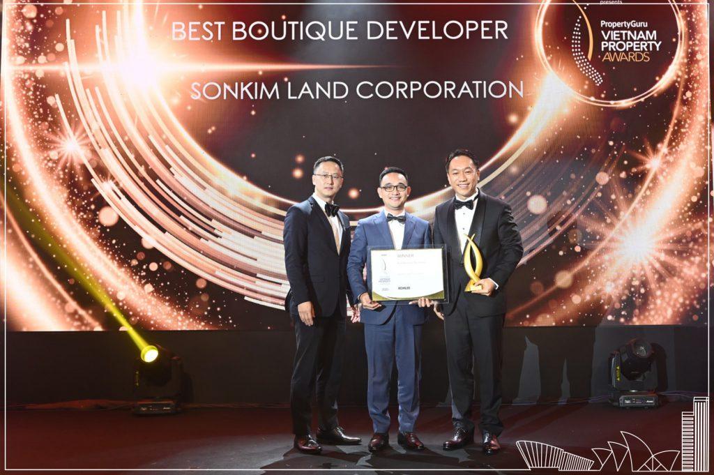 Ông Andy Han Suk Jung - Tổng giám đốc SonKim Land nhận giải thưởng